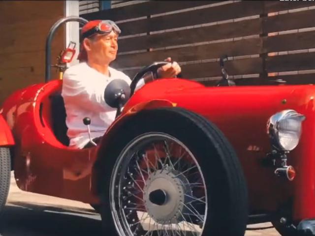 Anders dan anders: deze retro racewagen is eigenlijk een elektrische scooter