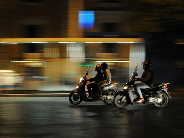 Merendeel jonge scooterrijders rijdt te hard en vindt dat leuk